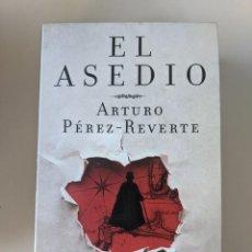 Libros de segunda mano: LOTE PRECIO ESPECIAL 3 LIBROS DE PEREZ REVERTE - STIEG LARSSON - EDUARDO MENDOZA. Lote 268319339