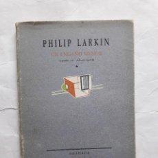 Libros de segunda mano: UN ENGAÑO MENOR . PHILIP LARKIN,TAPA BLANDA,LA VELETA 1991. Lote 270408138