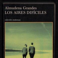 Libros de segunda mano: ALMUDENA GRANDES LOS AIRES DIFÍCILES ED TUSQUETS 2002 1ª EDICIÓN FIRMADO Y DEDICADO EN CÁDIZ 2003. Lote 275736113