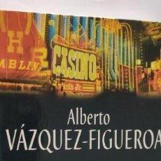 Libros de segunda mano: ALÍ EN EL PAÍS DE LAS MARAVILLAS. VÁZQUEZ-FIGUEROA. RBA EDITORES.. Lote 276200868