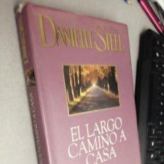Libros de segunda mano: EL LARGO CAMINO A CASA / DANIELLE STEEL / PLAZA & JANÉS 1ª EDICIÓN 1999. Lote 277642488