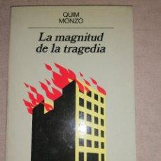 Libros de segunda mano: LA MAGNITUD DE LA TRAGEDIA. QUIM MONZÓ. PRIMERA EDICIÓN ANAGRAMA.1990 230PP. Lote 278681038