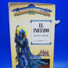 Libros de segunda mano: EL INICIADO. LOUISE COOPER. EL SEÑOR DEL TIEMPO. EDITORIAL TIMUN MAS. 1988. PAGS. 305.. Lote 286621443