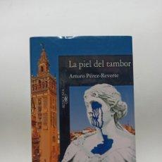 Libros de segunda mano: AUTOGRAFO CON DEDICATORIA Y FIRMA DE ARTURO PEREZ-REVERTE AL ESCRITOR JOSE LUIS SAMPEDRO,. Lote 287853438
