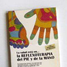 Libros de segunda mano: LA SALUD ESTÁ EN LA REFLEXOTERAPIA DEL PIE Y DE LA MANO. Lote 161029530