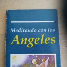 Libros de segunda mano: MEDITANDO CON LOS ÁNGELES. Lote 176956219