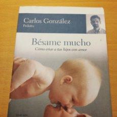 Libros de segunda mano: BÉSAME MUCHO. CÓMO CRIAR A TUS HIJOS CON AMOR (CARLOS GONZÁLEZ). Lote 195236556