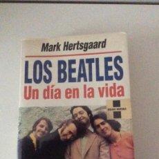 Libros de segunda mano: LOS BEATLES UN DÍA EN LA VIDA MARK HERTSGAARD GRIJALBO. Lote 140867946