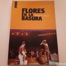 Libros de segunda mano: FLORES EN LA BASURA - LOS DÍAS DEL ROCK RADIKAL - ROBERTO MOSO - 2003. Lote 171372614