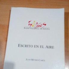 Libros de segunda mano: ESCRITO EN EL AIRE - 50 AÑOS DE RNE. Lote 189787098