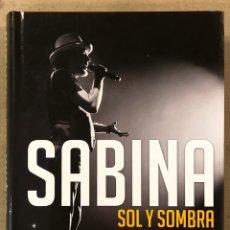 Libri di seconda mano: JOAQUÍN SABINA, SOL Y SOMBRA. JULIO VALDEÓN. EDITA EFE EME 2017. ILUSTRADO. COMO NUEVO.. Lote 224075511