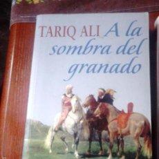 Libros de segunda mano: A LA SOMBRA DEL GRANADO. TARIQ ALI. Lote 58288084