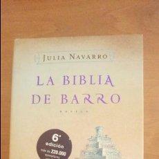 Libros de segunda mano: LA BIBLIA DE BARRO JULIA NAVARRO 6ª EDICIÓN 2005. Lote 60508555