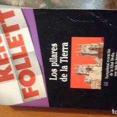 Libros de segunda mano: LIBRO LOS PILARES DE LA TIERRA KEN FOLLET ED. PLAZA Y JANES. Lote 76894651