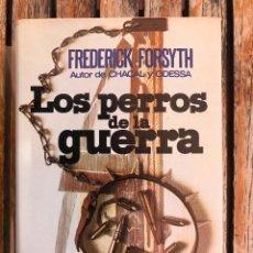 Libros de segunda mano: LOS PERROS DE LA GUERRA. AUTOR, FREDERICK FORSYTH. PLAZA & JANÉS AÑO 1974. 1ª EDICIÓN. VER FOTOS. Lote 86054176