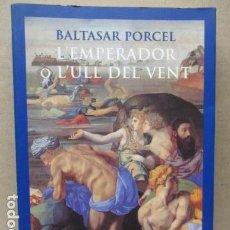 Libros de segunda mano: L´EMPERADOR O L´ULL DEL VENT-BALTASAR PORCEL-(PRIMERA EDICION, 2001)-MALLORCA. Lote 263100615