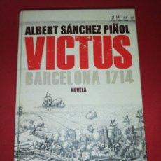 Libros de segunda mano: ALBERT SÁNCHEZ PIÑOL, VICTUS, TAPA DURA + MAPA DESPEGABLE, 1 EDICIÓN EN CASTELLANO. Lote 175550400