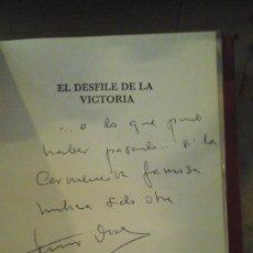 Libros de segunda mano: FERNANDO DÍAZ-PLAJA: EL DESFILE DE LA VICTORIA. DEDICATORIA AUTÓGRAFA DEL AUTOR (BARCELONA, 1977). Lote 176010045