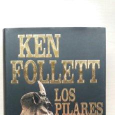 Libros de segunda mano: LOS PILARES DE LA TIERRA. KEN FOLLET.. Lote 180866112
