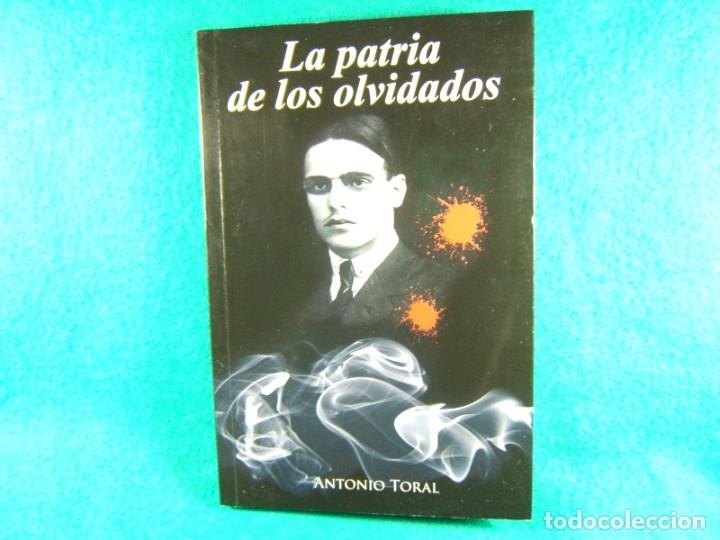 LA PATRIA DE LOS OLVIDADOS-ANTONIO TORAL-LA ESPAÑA DE LA POSGUERRA- 2008-1ª EDICION EN ESPAÑOL. (Libros de Segunda Mano (posteriores a 1936) - Literatura - Narrativa - Novela Histórica)