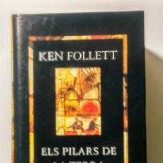 Libros de segunda mano: ELS PILARS DE LA TERRA. KEN FOLLET. 2005.. Lote 182126556