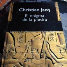 Libros de segunda mano: CHRISTIAN JACQ EL ENIGMA DE LA PIEDRA NOVELA HISTÓRICA EDITORIAL PLURAL PRIMERA EDICION 1999 EGIPTO. Lote 159836598