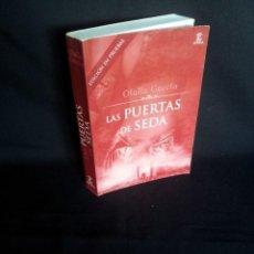 Libros de segunda mano: OLALLA GARCIA - LAS PUERTAS DE SEDA - EDICIÓN EN PRUEBAS - ESPASA 2007 - FIRMADO. Lote 203222400