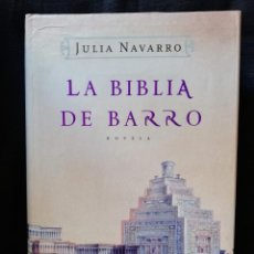 Libros de segunda mano: LA BIBLIA DE BARRO - JULIA NAVARRO. (TAPA DURA LETRA GRANDE). Lote 206915245