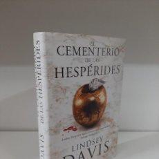 Libros de segunda mano: EL CEMENTERIO DE LAS HESPERIDES, LINDSAY DAVIS, NOVELA IV DE LA SERIE FLAVIA ALBIA, EDHASA, 2017. Lote 207114167