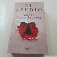 Libros de segunda mano: EL ASEDIO - ARTURO PEREZ REVERTE AÑO 2010. Lote 221903891