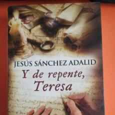 Libros de segunda mano: Y DE REPENTE, TERESA. AUTOR JESÚS SÁNCHEZ ADALID.. Lote 255918240