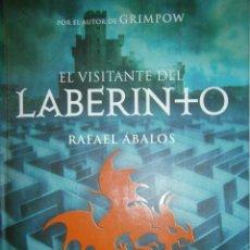 Libros de segunda mano: EL VISITANTE DEL LABERINTO RAFAEL ABALOS MONTENA 1 EDICION 2008. Lote 50096262