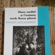 Libros de segunda mano: HEM NEDAT A L'ESTANY AMB LLUNA PLENA - RAIMON ESPLUGAFREDA. Lote 73638291