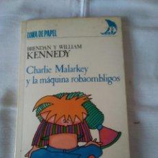 Libros de segunda mano: 74-CHARLIE MALARKEY Y LA MAQUINA ROBAOMBLIGOS, BRENDAN Y WILLIAM KENNEDY, ANAYA 1986. Lote 113296123