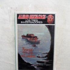 Libros de segunda mano: ALFRED HITCHCOCK Y LOS TRES INVESTIGADORES - MISTERIO EN LA ISLA DEL ESQUELETO . Lote 115509299