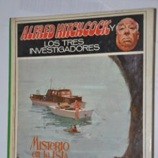 Libros de segunda mano: MISTERIO EN LA ISLA DEL ESQUELETO, ALFRED HITCHCOCK, VER TARIFAS ECONOMICAS ENVIOS. Lote 150135974