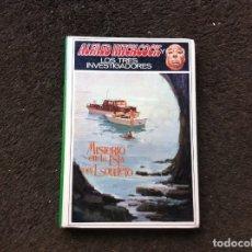 Libros de segunda mano: ALFRED HITCHCOCK. LOS TRES INVESTIGADORES. MISTERIO EN LA ISLA DEL ESQUELETO. 1968, MOLINO. Lote 175619987