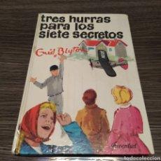 Libros de segunda mano: TRES HURRAS PARA LOS SIETE SECRETOS ENID BLYTON JUVENTUD 8. Lote 195032641