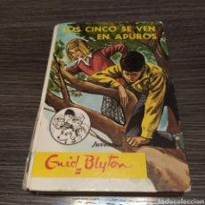 Libros de segunda mano: LOS CINCO SE VEN EN APUROS ENID BLYTON JUVENTUD. Lote 195040702