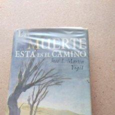 Libros de segunda mano: LA MUERTE ESTÁ EN EL CAMINO. JOSÉ LUIS MARTÍN VIGIL 1968. Lote 207240092