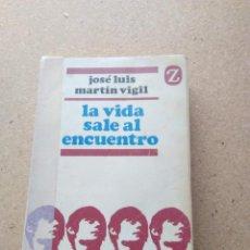 Libros de segunda mano: LA VIDA SALE AL ENCUENTRO. JOSÉ LUIS MARTÍN VIGIL. Lote 207240207
