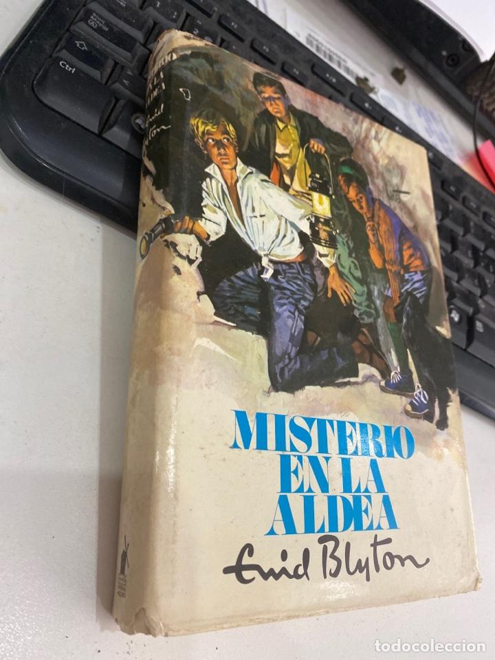 Libros de segunda mano: Misterio en la aldea - Foto 2 - 218806430