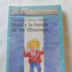 Libros de segunda mano: MAXI Y LA BANDA DE LOS TIBURONES. SANTIAGO GARCÍA CLAIRAC. EL BARCO DE VAPOR. Lote 221786178