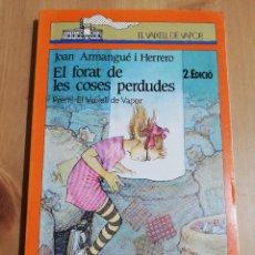 Libros de segunda mano: EL FORAT DE LES COSES PERDUDES (JOAN ARMANGUÉ I HERRERO) PREMI EL VAIXELL DE VAPOR 1988. Lote 236465405
