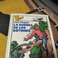Libros de segunda mano: LA GUERRA DE LOS BOTONES, LOUIS PERGAUD.. Lote 246175225