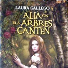 Libros de segunda mano: LAURA GALLEGO-ALLÀ ON ELS ARBRES CANTEN (CATALÁN). Lote 261585405