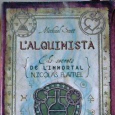 Libros de segunda mano: MICHAEL SCOTT - L'ALQUIMISTA (ELS SECRETS DE L'INMORTAL NICOLAS FLAMEL) (CATALÁN). Lote 261588215