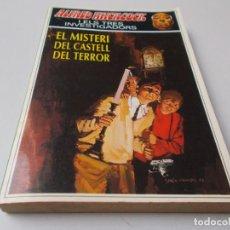 Libros de segunda mano: ALFRED HITCHCOCK I EL TRES INVESTIGADORS Nº 1 EL MISTERI DEL CASTELL DEL TERROR. Lote 295494903