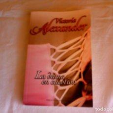 Livres d'occasion: LA DAMA EN CUESTION -VICTORIA ALEXANDER-. Lote 66780930