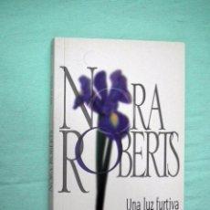 Libros de segunda mano: NORA ROBERTS - UNA LUZ FURTIVA. Lote 72359695